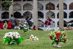 Diada de Tots Sants als cementiris d'Osona