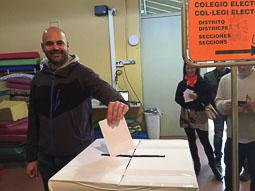 9-N a Osona L'alcalde de Seva, Èric Vila, votant. Foto: Osona.com