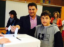 9-N a Osona Josep Salom, alcalde de Tona,  votant. Foto: Ester Clot