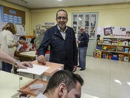 Municipals 2015: jornada electoral a Osona Miquel Arisa votant a Centelles. Foto: Toni Carrasco