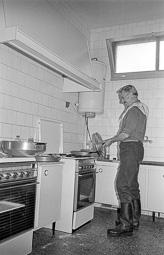Estimats bombers (1978-94) Josep Quintana, a la cuina del parc de bombers de Vic, agost de 1978. Foto: Josep M. Montaner
