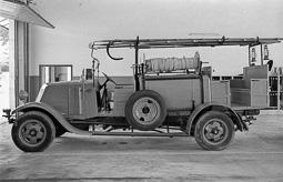 Estimats bombers (1978-94) L'antic camió dels bombers de Manlleu guardat al parc de Vic, agost de 1978. Foto: Josep M. Montaner