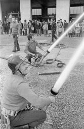 Estimats bombers (1978-94) Josep Quintana (en primer pla) i Pere Serra (dret, a l'esquerra) durant la celebració de la Festa dels Bombers al parc de Vic, el 8 de març de 1981. Foto: Josep M. Montaner