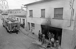 Estimats bombers (1978-94) Incendi d'una caldera a Calldetenes, 28 de maig de 1982. Foto: Josep M. Montaner