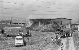 Estimats bombers (1978-94) Incendi a la pallissa  de l'Aragall a Calldetenes, 9 d'octubre de 1982. Foto: Josep M. Montaner