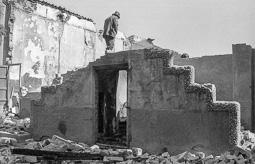 Estimats bombers (1978-94) Incendi del Centre Parroquial de Taradell, el 10 d'octubre de 1982. Foto: Josep M. Montaner