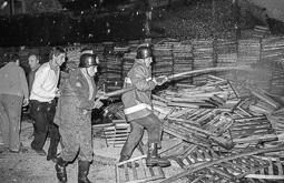 Estimats bombers (1978-94) Incendi de la fàbrica Simel, el 20 d'octubre de 1982. Foto: Josep M. Montaner