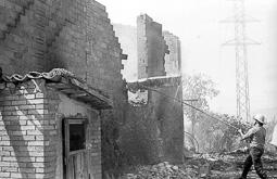 Estimats bombers (1978-94) Incendi d'una Pallissa a Roda de Ter, l'1 d'octubre de 1983. Foto: Josep M. Montaner