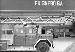Estimats bombers (1978-94) Camió autoescala B-603, en una de les factories de Puigneró. Foto: Arxiu La Marxa