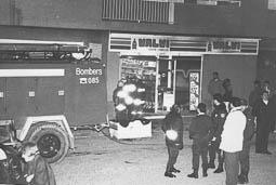 Estimats bombers (1978-94) Incendi al supermercat Valvi, de Manlleu. Vehicle de Torelló. Foto: Arxiu La Marxa