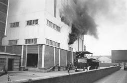 Estimats bombers (1978-94) Incendi a la nau de Pinsos Victòria, a Vic. Foto: Arxiu La Marxa