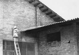 Estimats bombers (1978-94) Treball de sanejament d'una teulada. Foto: Arxiu La Marxa