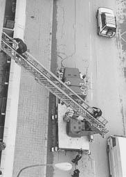 Estimats bombers (1978-94) El camió autoescala 603 en un servei a Vic. Foto: Arxiu La Marxa