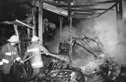 Estimats bombers (1978-94) Incendi a les Adoberies de Vic. Foto: Arxiu La Marxa