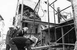 Estimats bombers (1978-94) Grup de bombers treballant en un esfondrament. Foto: Arxiu La Marxa