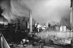 Estimats bombers (1978-94) Incendi al Mercat Municipal de Vic. Foto: Arxiu La Marxa