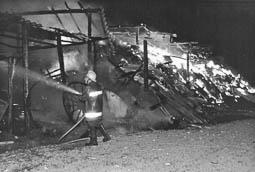 Estimats bombers (1978-94) Incendi en un cobert de palla. Foto: Arxiu La Marxa