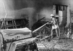 Estimats bombers (1978-94) Incendi a Aluminis Llar. (1990). Foto: Arxiu La Marxa