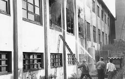 Estimats bombers (1978-94) Incendi a la fàbrica Certex, de Vic. Foto: Arxiu La Marxa