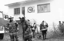 Estimats bombers (1978-94) Pep Borralleres i Jesús Molina, del parc de Prats de Lluçanès, a l'incendi a la fàbrica Certex, de Vic. Foto: Arxiu La Marxa