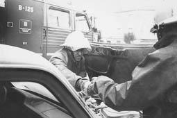 Estimats bombers (1978-94) Francesc Rubio, treballant en l'incendi d'un cotxe. Foto: Arxiu La Marxa