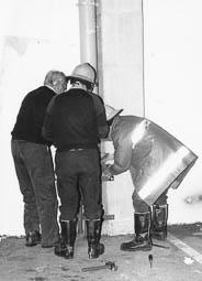Estimats bombers (1978-94) Rescat d'un gat atrapat en una tuberia.A la imatge els bombers Josep Tarrats, Joan Serreta i Federico Delgado. Foto: Arxiu La Marxa
