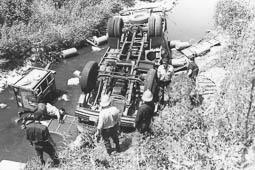 Estimats bombers (1978-94) Accident d'un camió al Figaró. Carles Sarreta a la dreta de la imatge.  Foto: Arxiu La Marxa