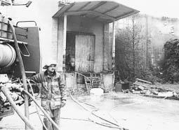 Estimats bombers (1978-94) Josep Franquesa (fill) a l'incendi de la fàbrica Brocato, de Manlleu. Foto: Arxiu La Marxa