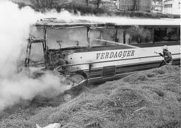 Estimats bombers (1978-94) Accident entre un turisme i un autobús a la carretera de Vic a Manlleu, el 1991. Foto: Arxiu La Marxa