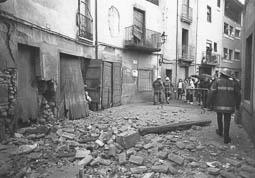 Estimats bombers (1978-94) Esfondrament a Dalt Vila, de Manlleu. Foto: Arxiu La Marxa