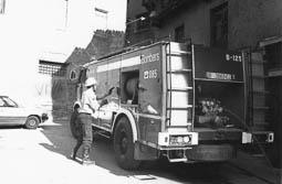 Estimats bombers (1978-94) Camió BUP-125 en un servei al carrer de les Adoberies, de Vic. Foto: Arxiu La Marxa