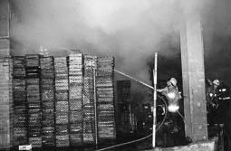 Estimats bombers (1978-94) Foc al Mercat Municipal de Vic. Foto: Arxiu La Marxa