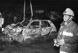 Estimats bombers (1978-94) El bomber Toribio, del parc de Torelló en un accident de trànsit a la carretera de Sant Martí Sescorts. Foto: Arxiu La Marxa