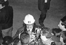 Estimats bombers (1978-94) Joan Ramon Dueso, director general, a l'atemptat a la caserna de la Guàrdia Civil de Vic (1991). Foto: Arxiu La Marxa