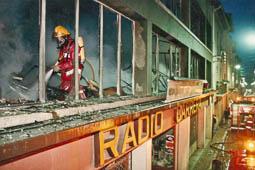 Estimats bombers (1978-94) Incendi a Ràdio Carrera, a Manlleu. Foto: Arxiu La Marxa