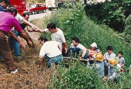 Estimats bombers (1978-94) Rescat d'un ferit en un accident de trànsit. Foto: Arxiu La Marxa