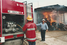 Estimats bombers (1978-94) Josep Franquesa durant l'incendi d'un paller. Foto: Arxiu La Marxa
