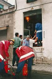 Estimats bombers (1978-94) El bomber Àlvar Nebot (al centre), a Vic. Foto: Arxiu La Marxa