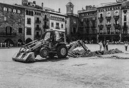 Construcció del pàrquing de la plaça Major de Vic, 1990-91 20 d'agost de 1990:  una màquina inicia la primera excavació.