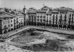 Construcció del pàrquing de la plaça Major de Vic, 1990-91 1990: Treballs d'excavació del pàrquing de la plaça Major de Vic.