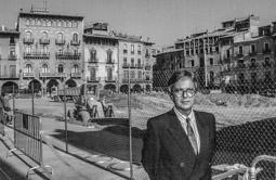 Construcció del pàrquing de la plaça Major de Vic, 1990-91 Alfred Pardos, cap d'aparcaments d'Urbas, el dia de l'inici de les obres.
