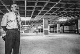 Construcció del pàrquing de la plaça Major de Vic, 1990-91 Josep M. Piqué, cap d'aparcaments d'Urbas, el dia de la inauguració.