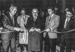 Construcció del pàrquing de la plaça Major de Vic, 1990-91 Pere Girbau i el president d'Urbas, Ernesto Segura de Luna, tallen la cinta inaugural.