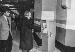 Construcció del pàrquing de la plaça Major de Vic, 1990-91 L'alcalde Pere Girbau estrena el primer tiquet del pàrquing.