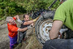 Recollida de pneumàtics abocats il·legalment a Sant Pere de Torelló