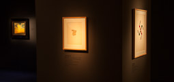 Exposició «116 anys de Pintura Catalana» a Vic D'esquerra a dreta Paisatge pagà mitjà de Salvador Dalí, Espanya i Espanya75 de Joan Brossa.