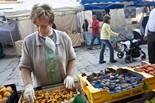 Pocs bolets al mercat de Vic La Montserrat, preparant una caixa de rossinyols.