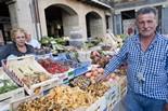 Pocs bolets al mercat de Vic Dolors Ribé i Pere Salvans.«Si no plou està fotut», apunten sense massa il·lusió.