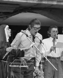 Grups d'animació osonencs dels anys 70 i 80 Una actuació de la Coral Vajillas, a principis dels anys 80. Foto: Arxiu Coromina