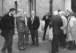 Ramon Espadaler, l'àlbum de fotos En un homenatge al col·legi del Roser, de Sant Julià de Vilatorta (Osona), amb l'alcalde de Vic, Pere Girbau. Foto: Sergi Cámara.
